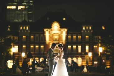夜の人気ロケーション東京駅と洋装姿の新郎新婦