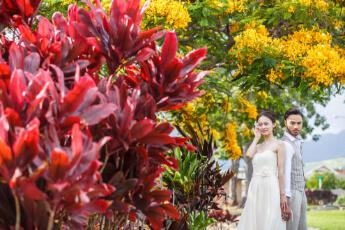 ハワイらしいお花に囲まれた新婚のふたり