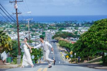 ウィルアミ―アライズの海が見えるスポットで新婦を追いかける新郎