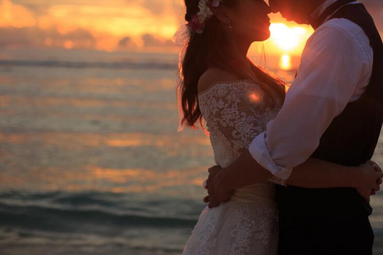 グアムのきれいなビーチで新婦を抱きかかえる新郎