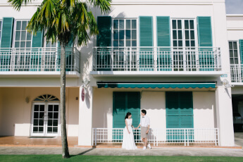 グアムスペイン村の緑の建物と新婚夫婦