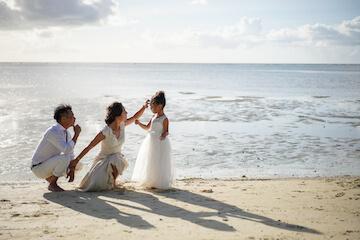 グアムで愛娘とウェディングドレスを着て遊んでいる家族