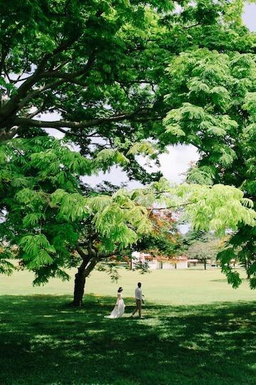 イパオビーチの公園を散歩する新婚夫婦