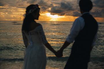 グアムのサンセットと新婚カップル