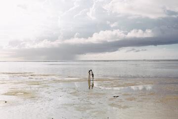 グアムの海と新郎新婦
