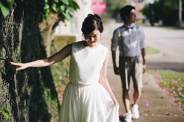 グアムの道を歩くドレスを着た花嫁