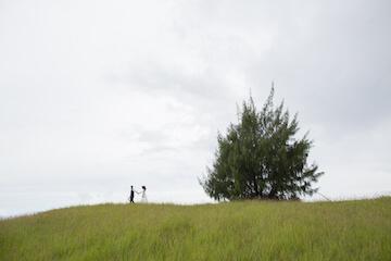 大草原の中の新婚カップル