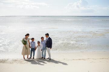 タモンビーチでウェディングの衣装を着た5人家族