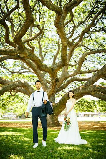モアナルアの木と新郎新婦