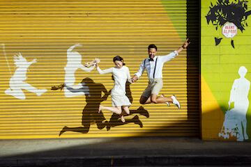 カカアコの黄色のウォールアートと同じポーズでジャンプ