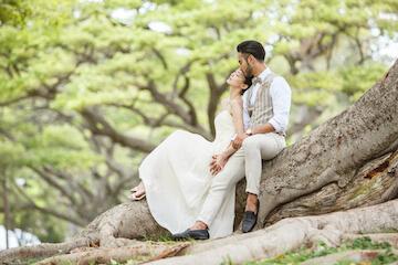 カピオラニパークの大きな木を椅子にして座って撮影