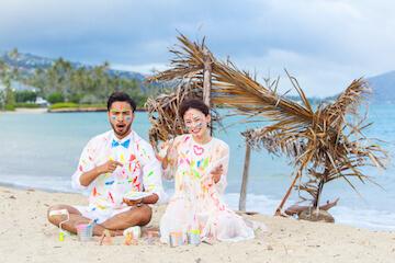 真っ白なドレスとタキシードにカラフルなペイントをして撮った結婚写真