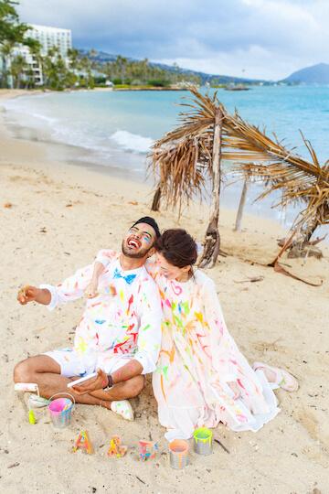 フォトウェディング衣装にカラフルなペイントをして楽しんでいる夫婦