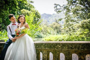 天気の良い日に撮影したオールドパリでの結婚写真