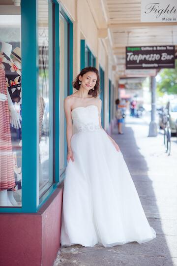 ダウンタウンのショーウィンドウ越しの花嫁