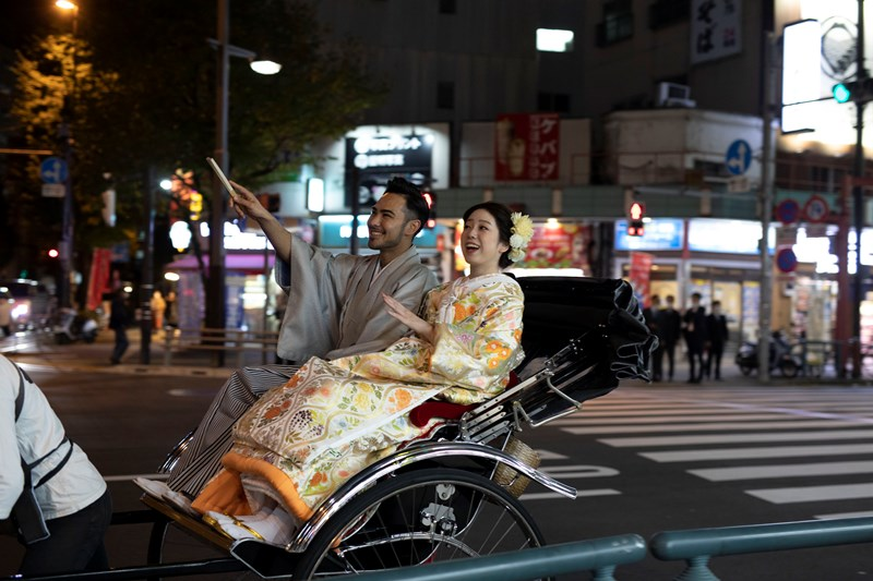人力車に乗って観光気分の新郎新婦