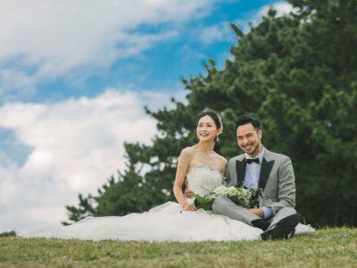 綺麗な青空と青々とした芝生の上で結婚式前撮り撮影