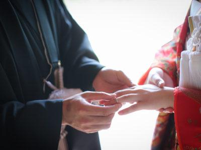 和装で指輪交換する新郎新婦