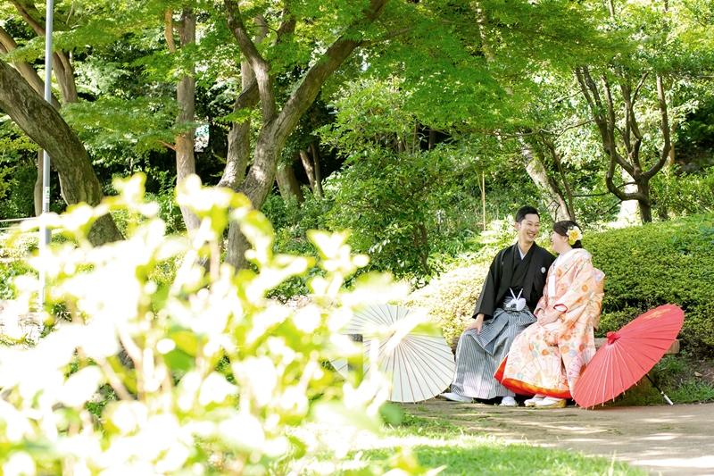 肥後細川庭園のベンチに座って会話を楽しむ夫婦