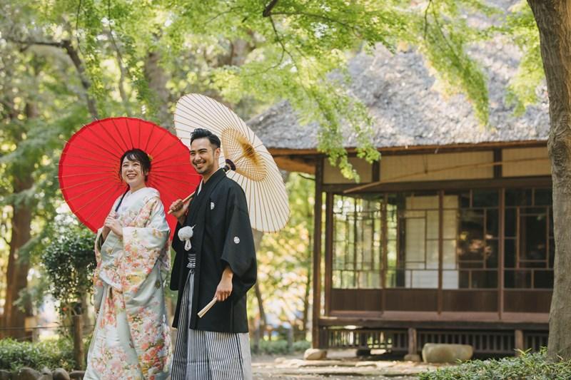 蘆花恒春園で和傘を持って撮影した結婚写真