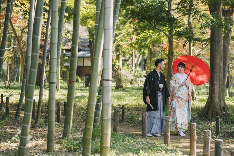 蘆花恒春園で自然な姿で歩くふたり
