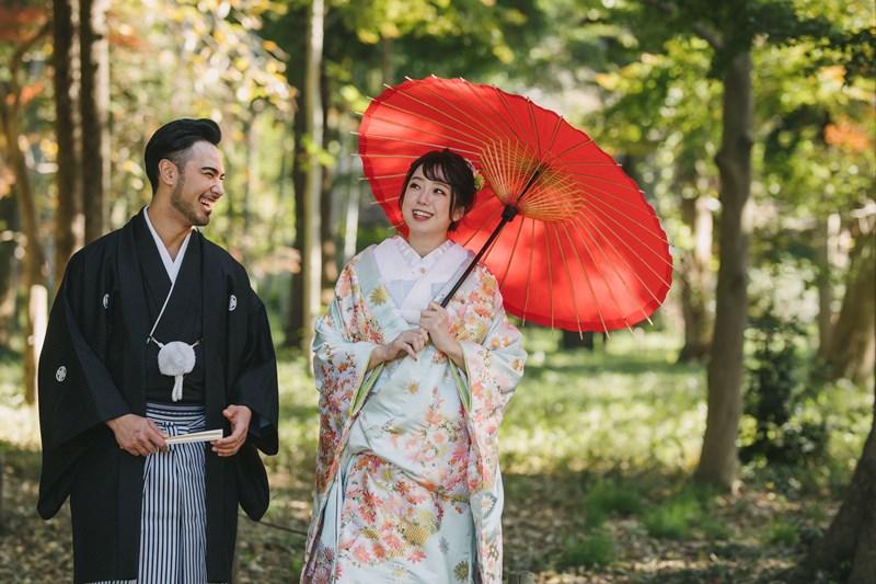 蘆花恒春園を散歩する和装姿の夫婦