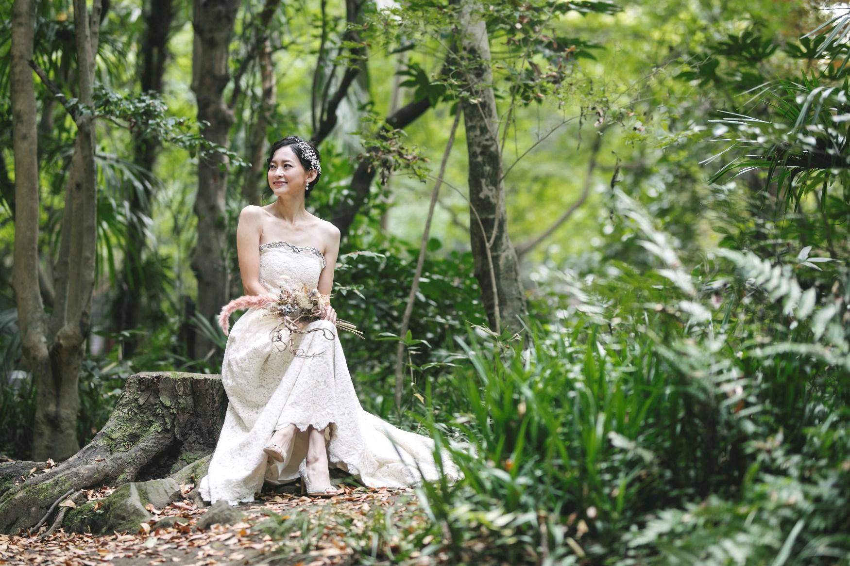 等々力渓谷の森の中で座っている花嫁