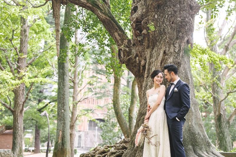 日比谷公園の木の前に並んで向き合うふたり
