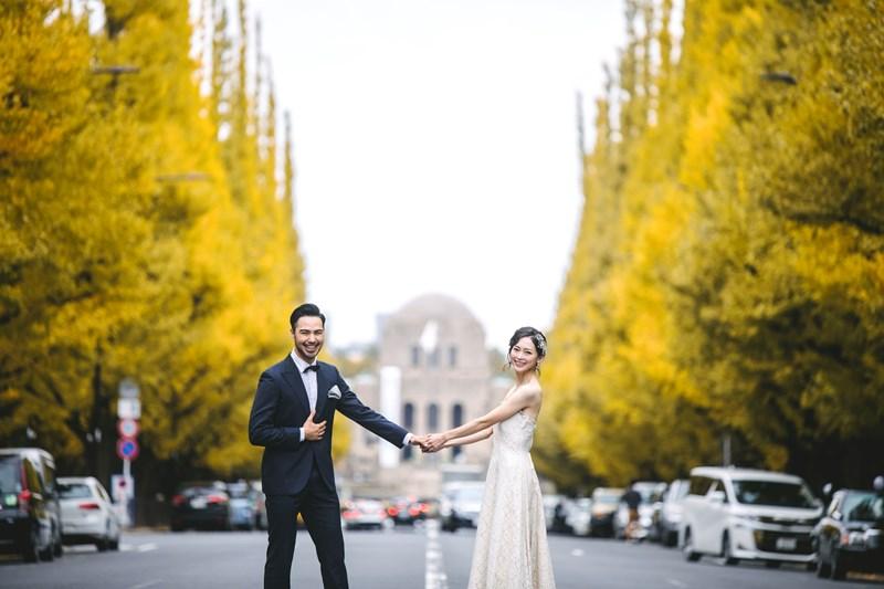 秋に人気の洋装ロケーションスポット銀杏並木で撮った結婚写真