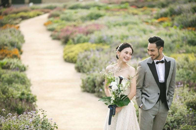 葛西臨海公園のお花畑の真ん中にいるウェディングドレスとタキシードを来たふたり