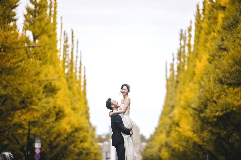外苑前銀杏並木通りで新婦を抱きかかえる新郎