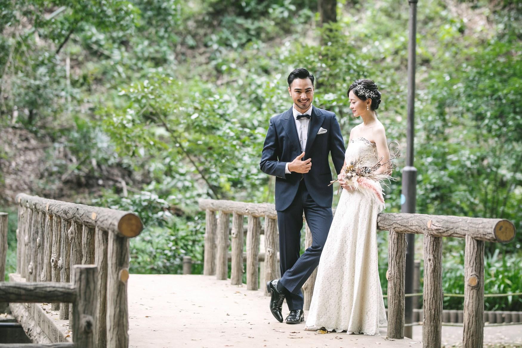 等々力渓谷でタキシードとウェディングドレスを着て撮影中の新郎新婦