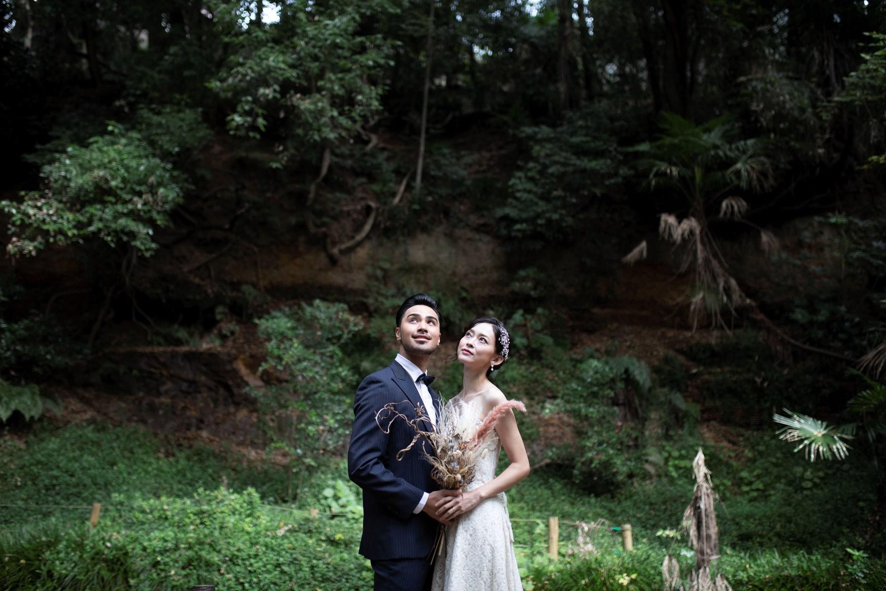 等々力渓谷で空を見上げている夫婦