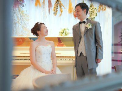 ピアノの前で撮影した結婚写真